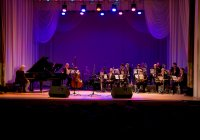 В рамках программы Министерства культуры Российской Федерации «Всероссийские филармонические сезоны» прошел концерт Государственного камерного оркестра джазовой музыки имени Олега Лундстрема.